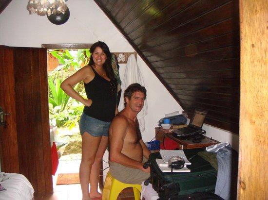 Holandes Hostel: Dentro do chale: marido trabalhando e filha.