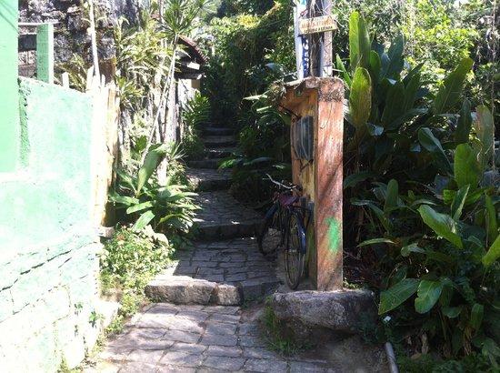 Holandes Hostel: Chegando no beco da entrada do Hostel