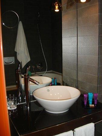 987 Design Prague Hotel: το μπάνιο