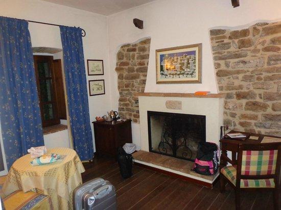 Castello di Petrata: il salottino della camera