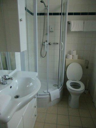 Hotel Drei Kronen: Bagno con doccia