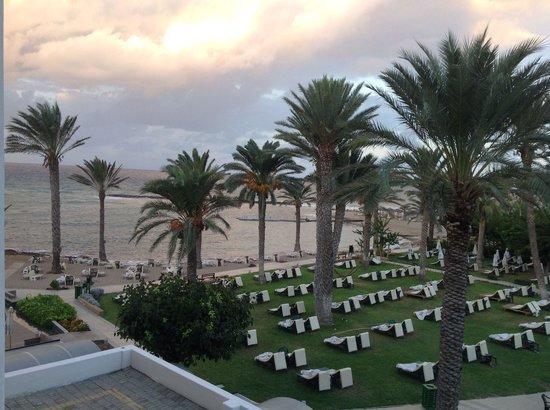 Constantinou Bros Pioneer Beach Hotel: Haven ligger lige ned til stranden