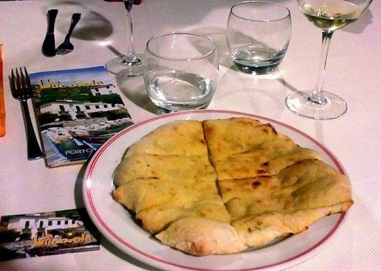 Locanda La Lucciola: Foccacia and good wine just as you sit for dinner