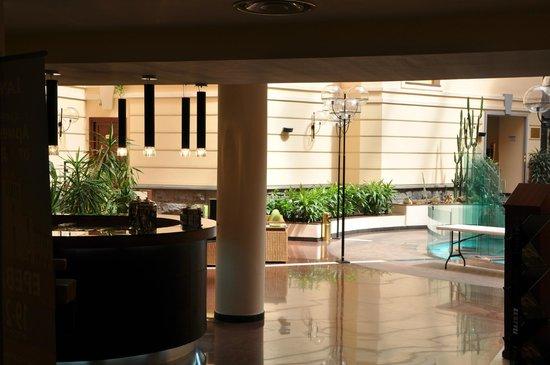 Grand Hotel Yerevan: Холл