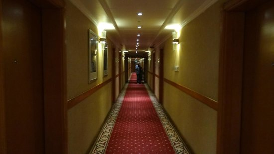 The Country Club Hotel: Corridor