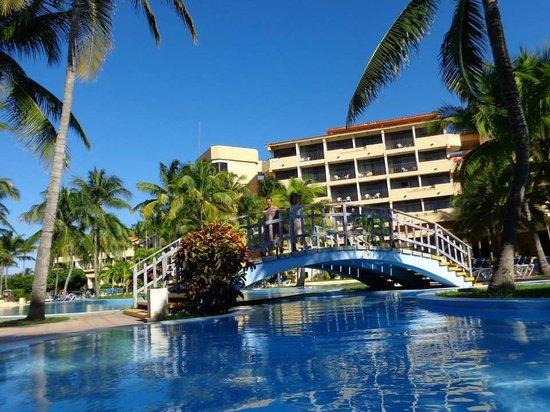 Piscina hotel coral picture of sol sirenas coral resort for Piscine varadero