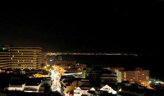 Apartamentos La Nogalera: вид вечером