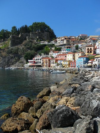 Avra Hotel: Beautiful Parga and the Avra snuggled into the top.