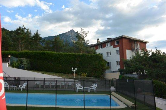 Hotel Eden Lac : l'arrière de l'hôtel, côté piscine
