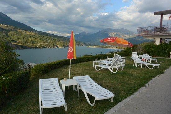 Hotel Eden Lac : vue sur le lac de la piscine
