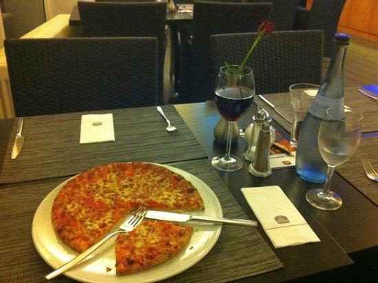Best Western Plazahotel Stuttgart-Filderstadt: Pizza + Mineral + Rotwein = € 14,80