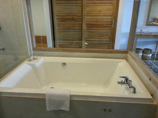 Jetwing Blue : Huge bath
