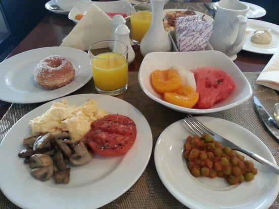 Arabian Courtyard Hotel & Spa: Yummy breakfast, alot to offer