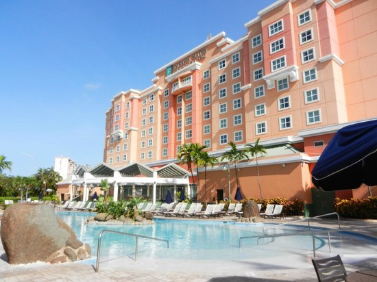 Embassy Suites by Hilton San Juan Hotel & Casino: View of hotel and pool