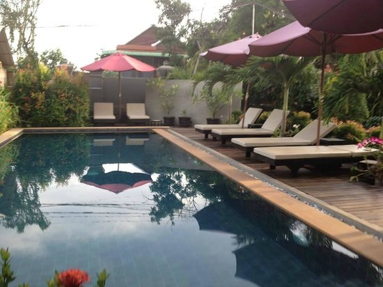 Baby Elephant Boutique Hotel: Pool and loungers
