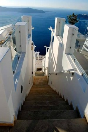 Above Blue Suites: Stairs going down to other suites and the path to Fira