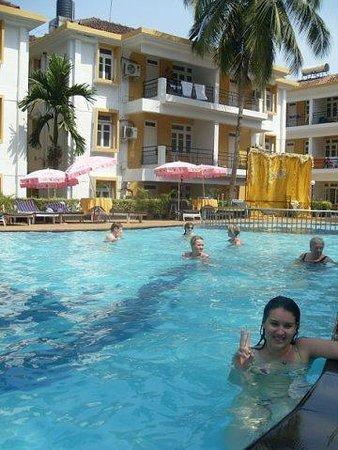 Alor Grande Holiday Resort: В 3-4 часа дня бассейн почти пустой