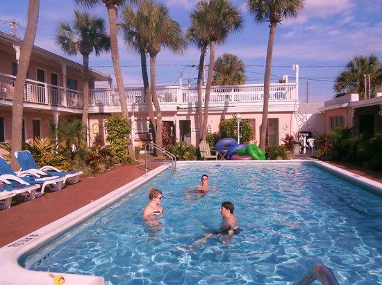 نورث صن رايز موتل: Pool fun