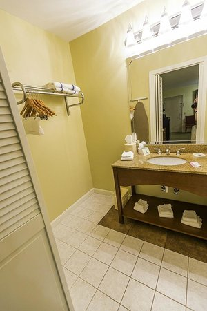 BEST WESTERN Acadia Park Inn : A view of the bathroom vanity area