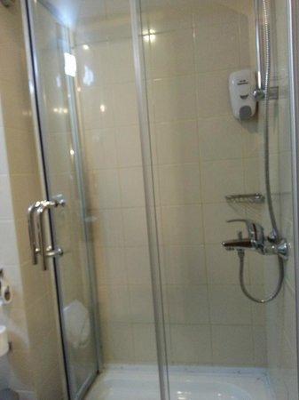 Ibis Amman: Shower