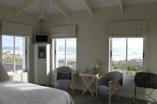 138 Marine Beachfront Guesthouse: ROOM WITH A VIEW AND A SOUND