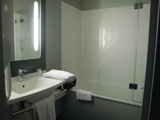 Ibis Pau Lescar : La salle de bain