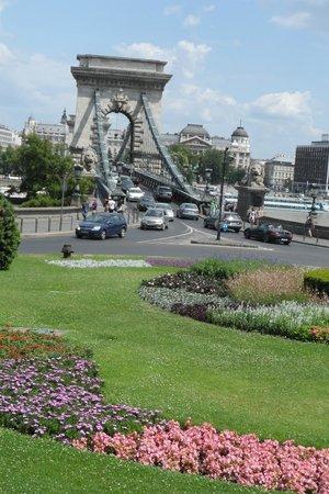 Roosevelt Square: Blick zur Kettenbrücke