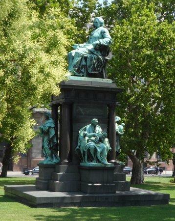 Roosevelt Square: Statue von Déak Ferenc auf dem Széchenyi 1 tér