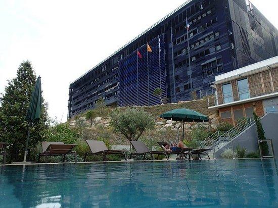 Courtyard Marriott Montpellier: Piscine et vue sur l'hôtel de ville
