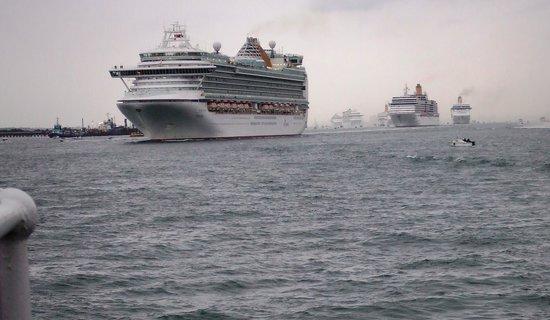 Steamship Shieldhall: The P&O Fleet zigzagging down Southampton Water