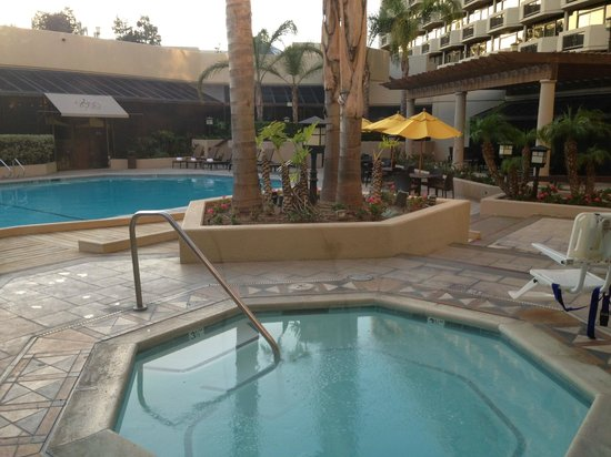 DoubleTree by Hilton San Jose: Hotel - pool area