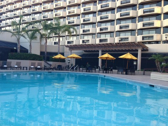 DoubleTree by Hilton San Jose: Room - pool area and rooms above pool