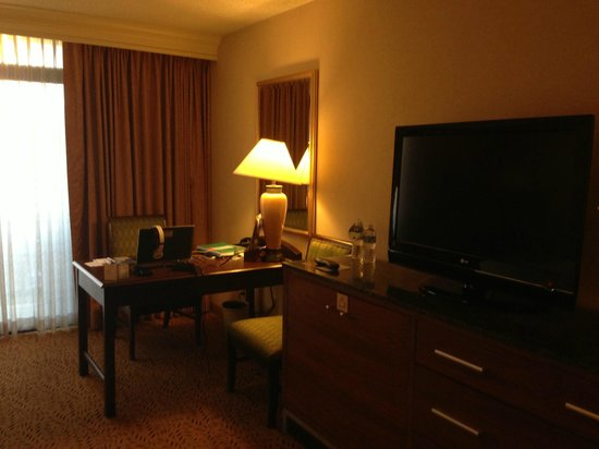 DoubleTree by Hilton San Jose: Room - desk area