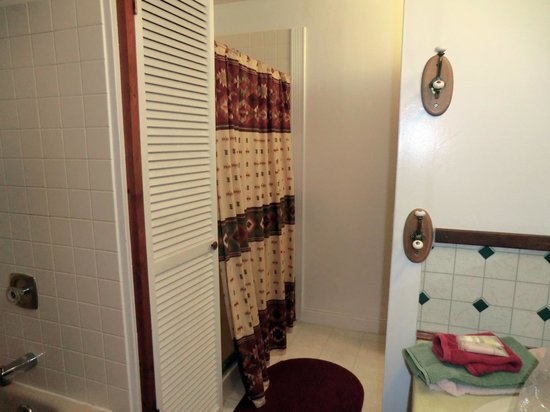 Devils Tower Lodge: shared bathroom