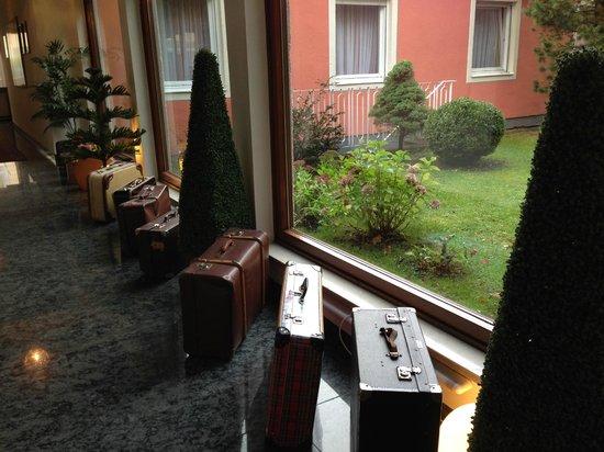 Hotel Leopold : Decoración interior del hotel y jardín