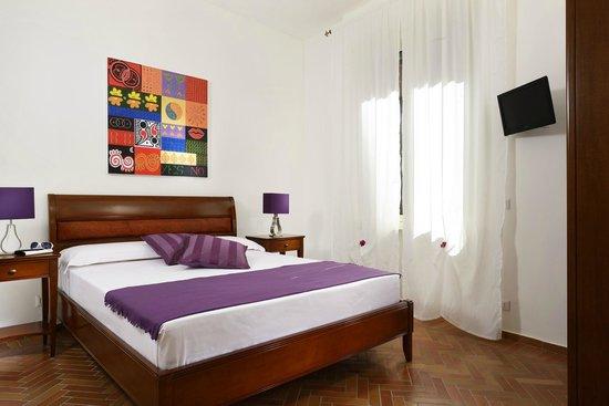 Maison Re di Roma: camera matrimoniale con tv a schermo piatto e riscaldamento autonomo