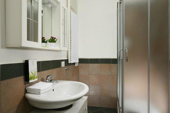 Maison Re di Roma: bagno privato con asciugamani, phon e set cortesia