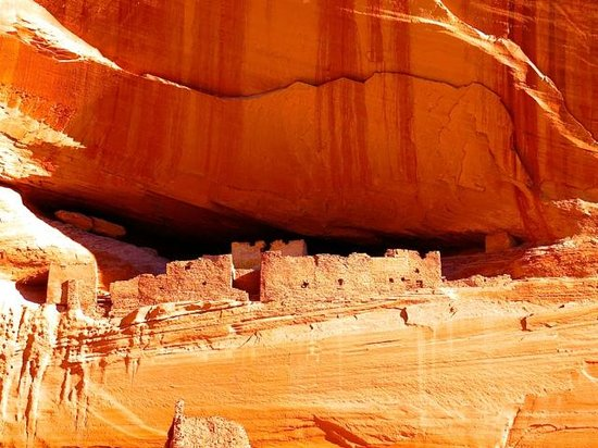 Canyon de Chelly Tours: White house as seen from the canyon floor