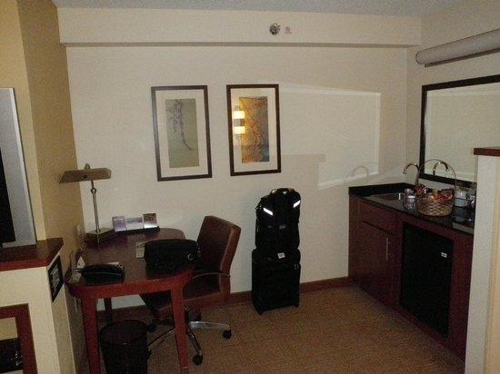 Hyatt Place Nashville/Hendersonville: Desk/kitchen area