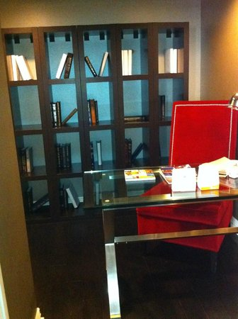 Adolphus Hotel: In room library