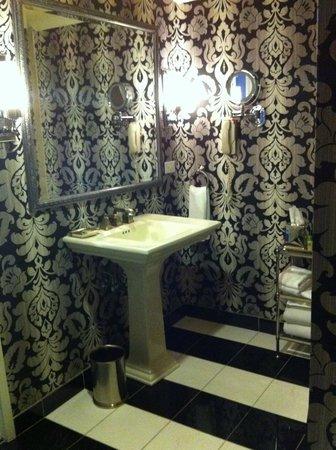 Adolphus Hotel: Guest bath