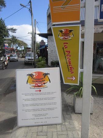 Restaurant La Plancha: Sur la route principale