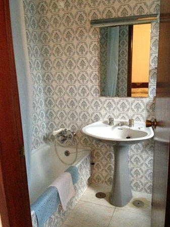 Albergaria Insulana: Ванная с шикарной плиткой и красивыми круглыми кранами раковины