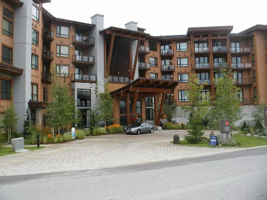 The Sutton Place Hotel Revelstoke Mountain Resort: Front of hotel