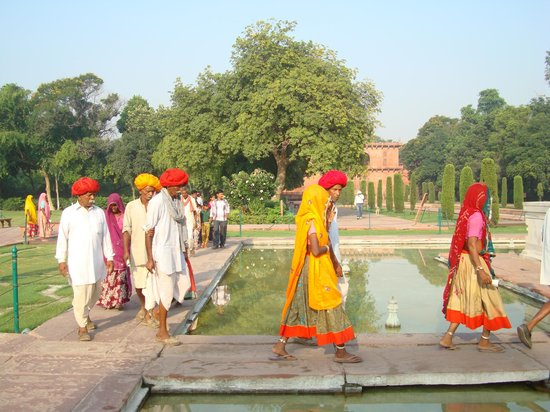 Agra, India: Village family making their way to the Taj mahal