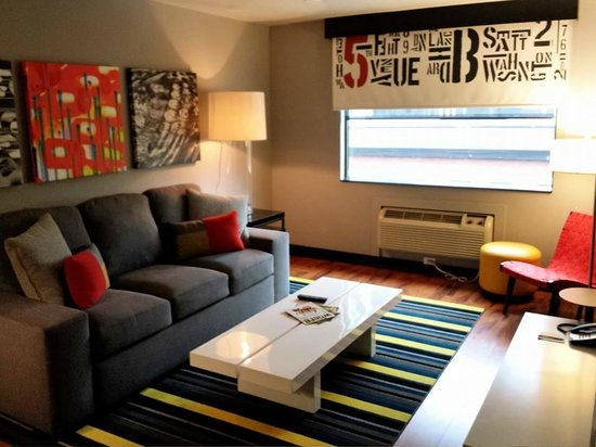 Hotel FIVE - A Staypineapple Hotel: Living room suite