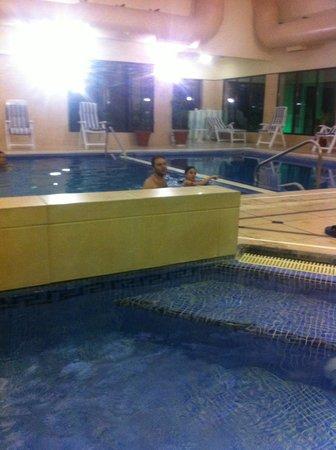 El Mirador Hotel and Spa: delante hidro y detras la piscina interior.