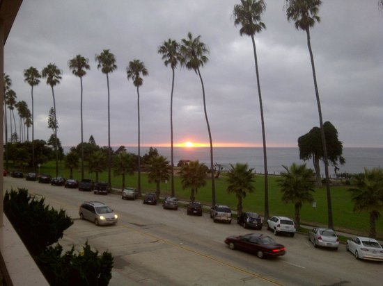La Jolla Cove Hotel & Suites: Sunset from our balcony