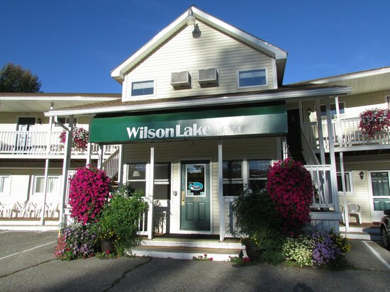 Wilson Lake Inn: Front entrance of hotel