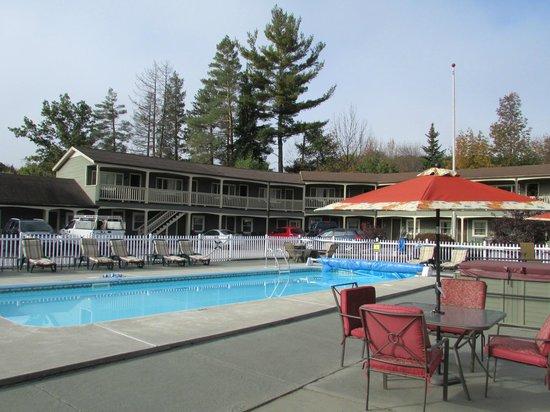 Mt Madison Inn & Suites: Heated pool on site